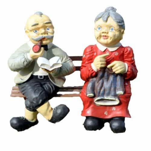Gartenfiguren Oma und Opa auf Bank