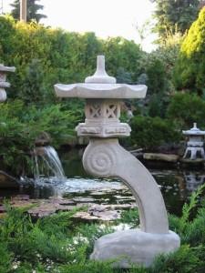 Japanische steinlaterne gartenfiguren abc for Japanische gartenfiguren