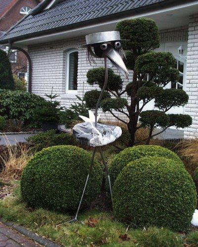 Steinvogel Gartenfigur mit Edelstahl