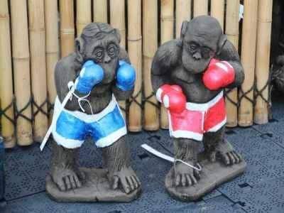 Steinguss Affen - Boxer und Boxerin im roten Anzug