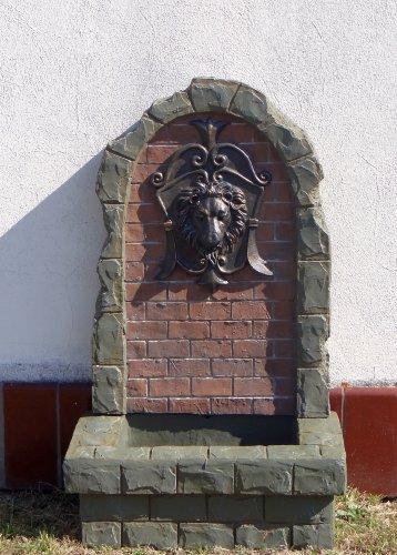 Großer Brunnen mit Wasserspeier Löwenkopf