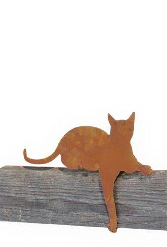Rostdeko Katze als Kantenhocker mit Pfote