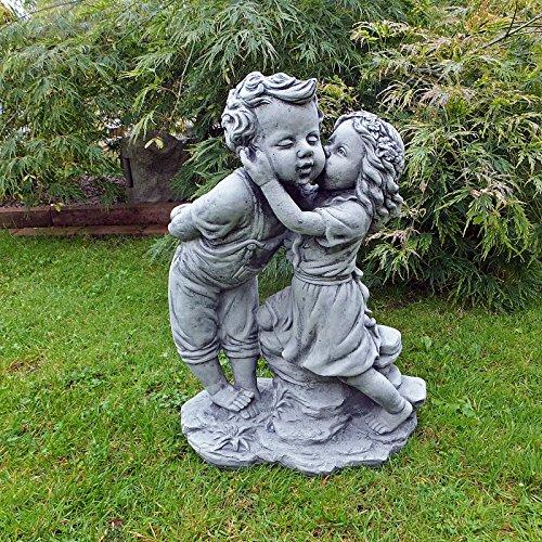 Gartenfigur Mädchen küsst Junge Kinder Steinfigur